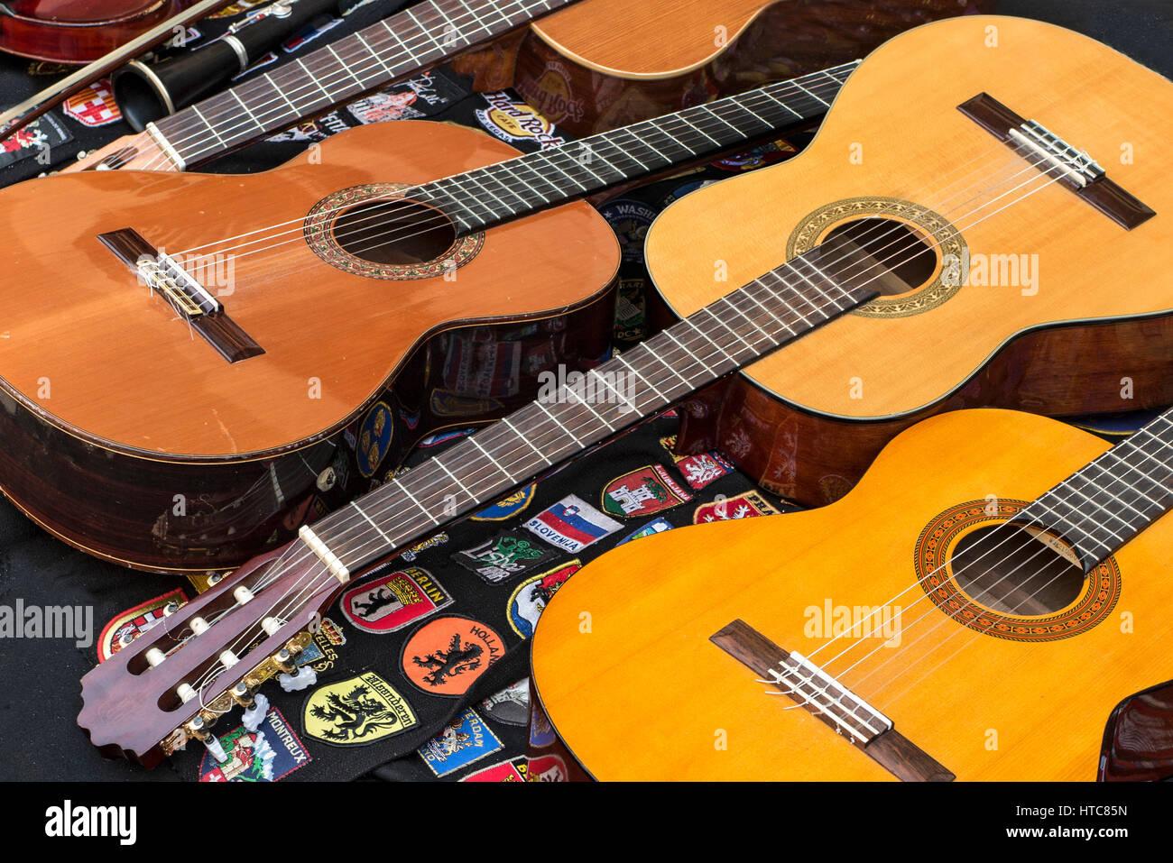 Chitarre in uno strumento musicale shop Porto Portogallo Immagini Stock