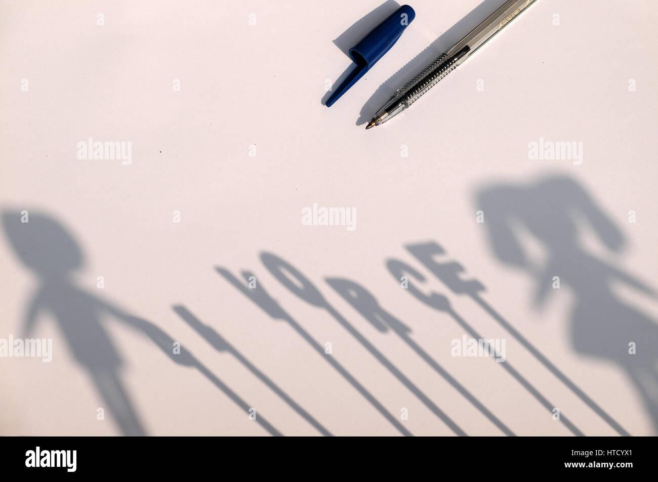 Divorzio sfondo con ombra del giovane accanto al divorzio lettera su carta, separazione famiglia rendere male per Immagini Stock