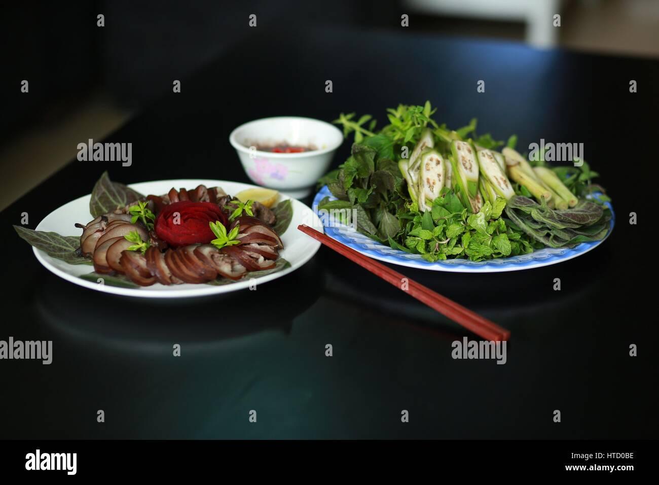 Cotto A Vapore Carne Di Cane Con Erbe E Salse In Vietnam Foto
