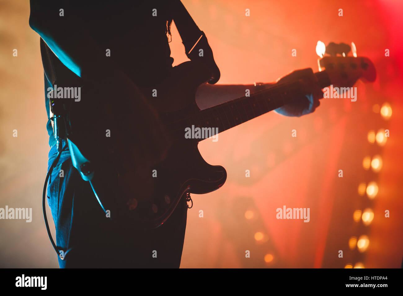 Silhouette di bassista con stadio colorata illuminazione musica