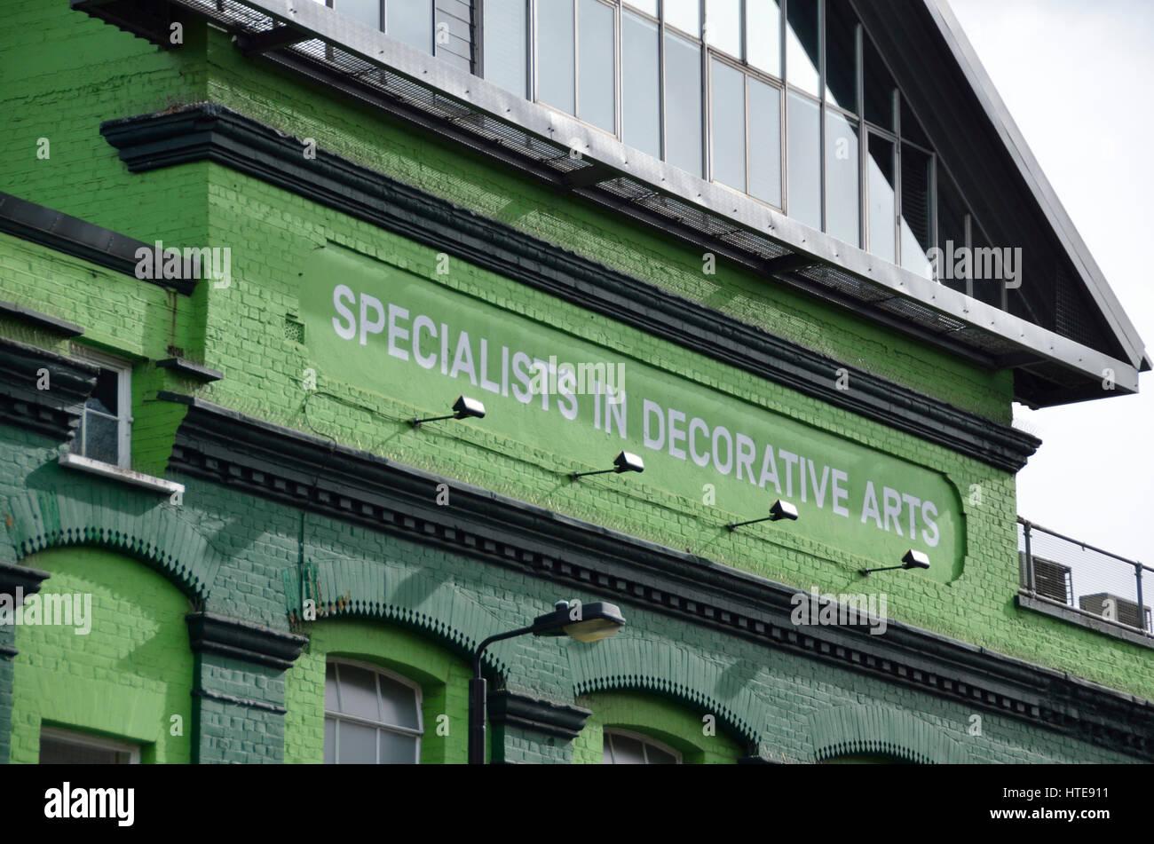 Specialisti di arti decorative segno su un edificio esterno. Immagini Stock