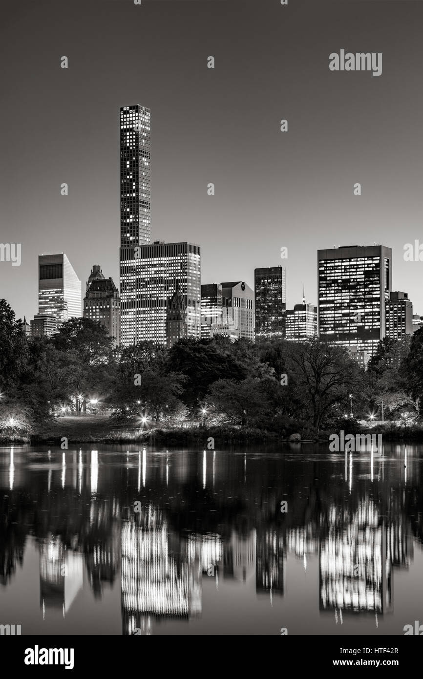 I grattacieli di Midtown riflettendo il Central Park il lago al crepuscolo. In bianco e nero. Manhattan, New York Foto Stock