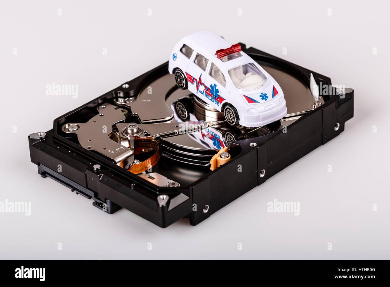 Ambulanza su hard disk o hdd - backup dati, sicuro e concetto di salvataggio Immagini Stock