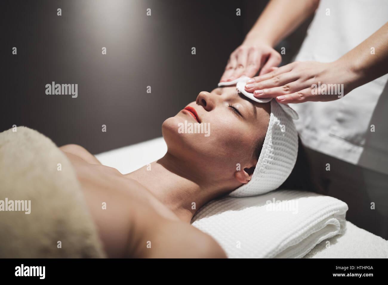 Donna godendo di pelle e trattamento del viso e massaggio Immagini Stock