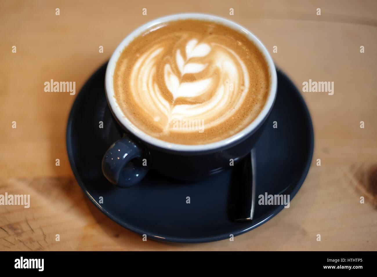 Piatto bianco caffè in un ristorante su di un tavolo di legno foto