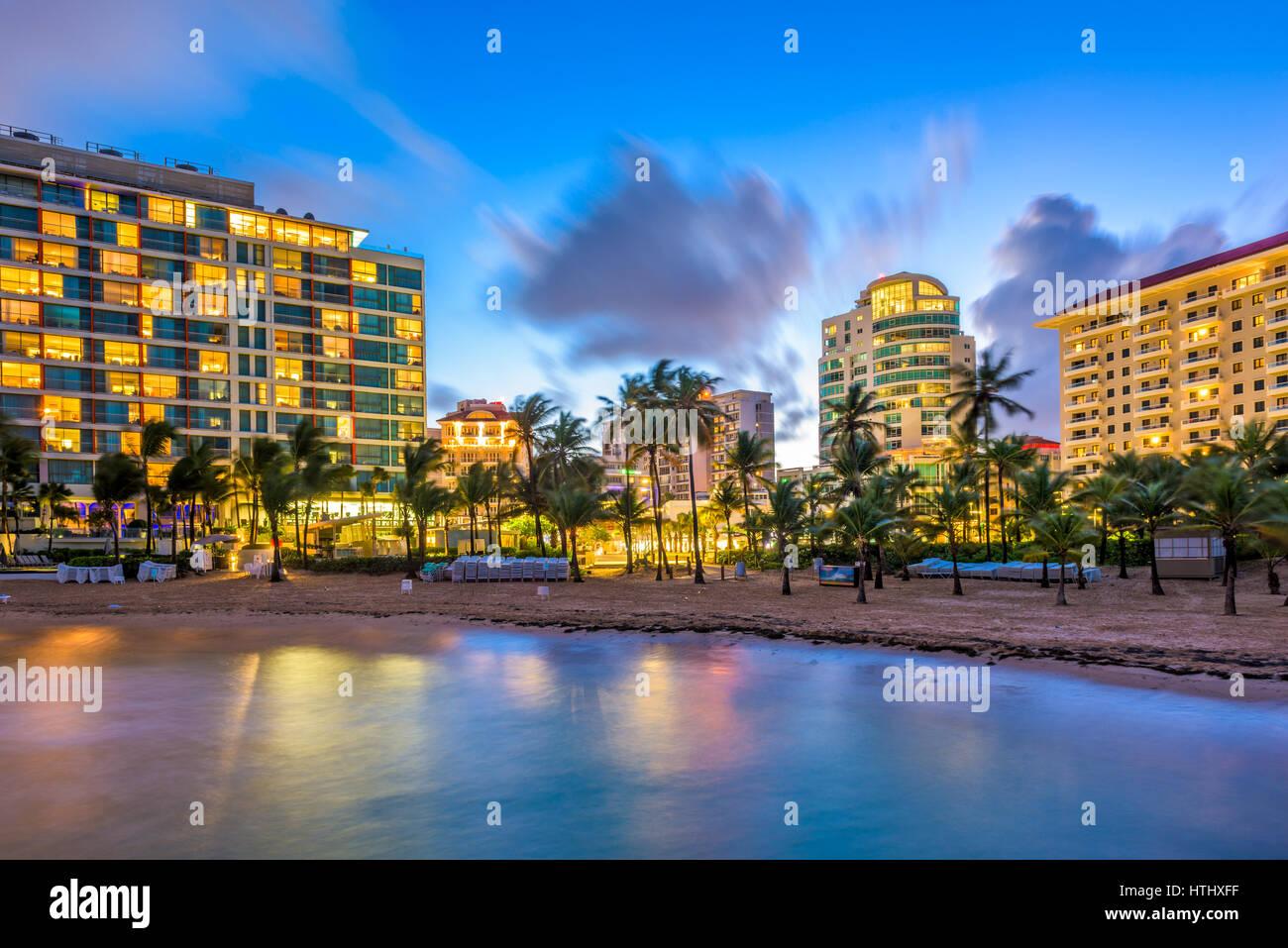 San Juan, Puerto Rico skyline resort sulla spiaggia di Condado. Immagini Stock
