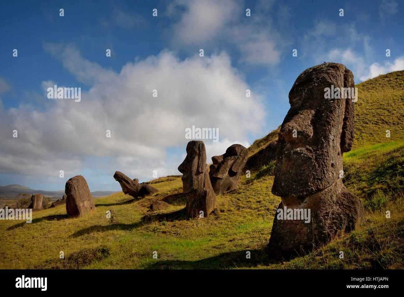 Gigante di pietra monolitica Moai statue a Rano Raraku, Rapa Nui (l'Isola di Pasqua), il Sito Patrimonio Mondiale Immagini Stock
