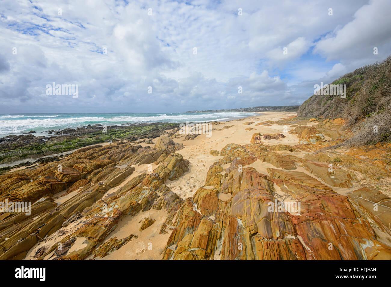 Spiaggia di Brou e le sue incredibili formazioni rocciose sulla costa di zaffiro, Nuovo Galles del Sud, NSW, Australia Immagini Stock