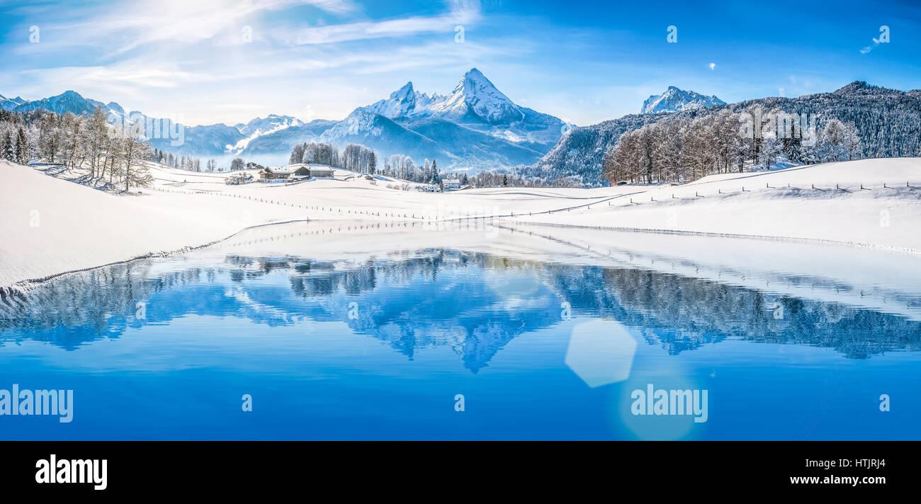 Vista panoramica della bella bianca winter wonderland scenario delle Alpi con la montagna innevata vertici riflettendo Immagini Stock
