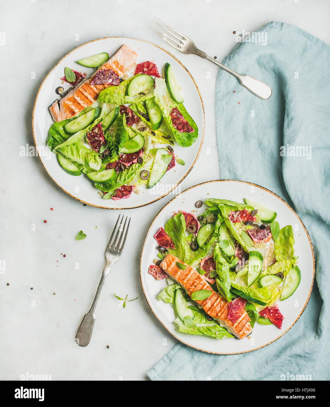 Una sana insalata primaverile con il salmone grigliato, arancio, olive e la quinoa Immagini Stock