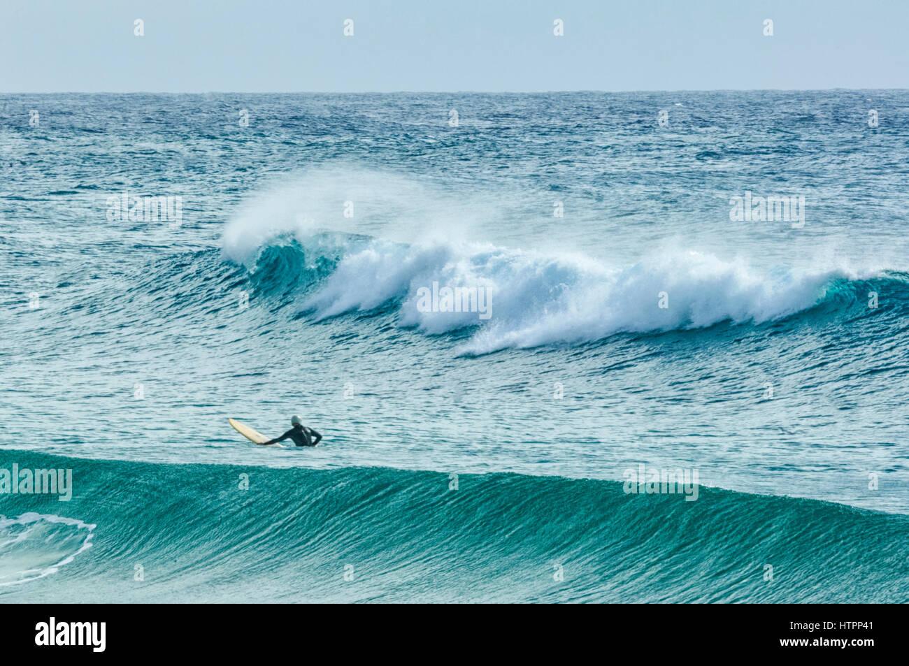 Un surfista attende l'onda perfetta, Dalmeny, South Coast, Nuovo Galles del Sud, NSW, Australia Immagini Stock