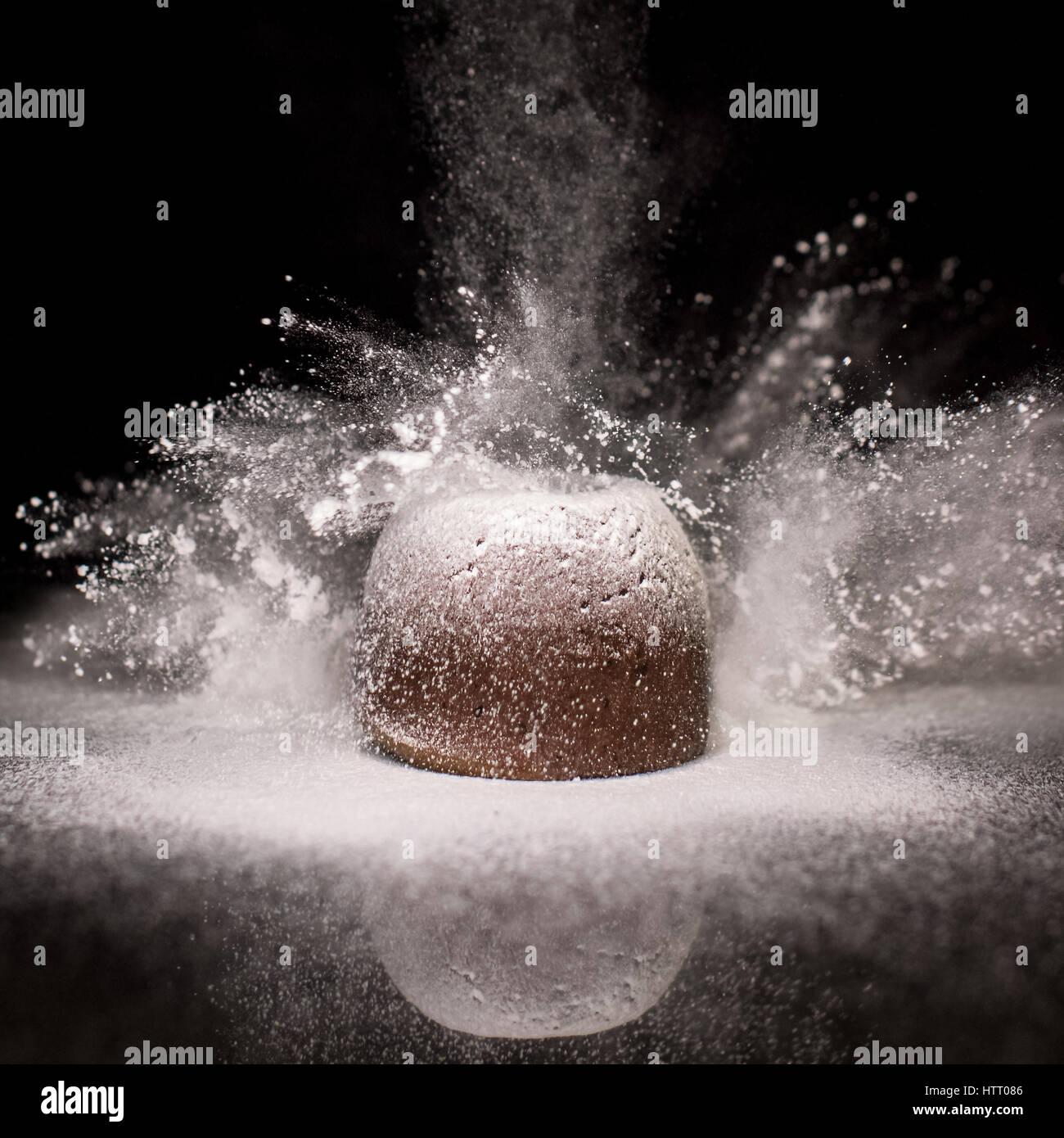 Fondente al cioccolato torta con zucchero a velo Immagini Stock