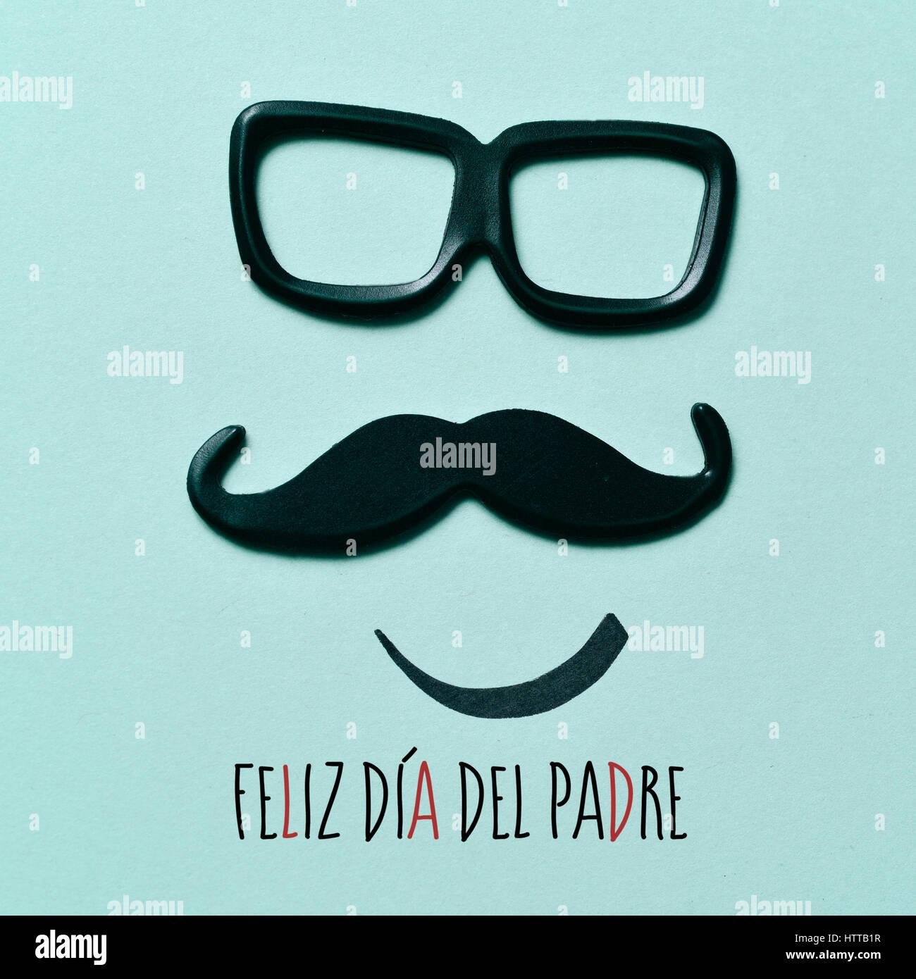 Il testo feliz dia del padre, padri felice giorno in spagnolo e un paio di occhiali e un baffi raffigurante un uomo Immagini Stock