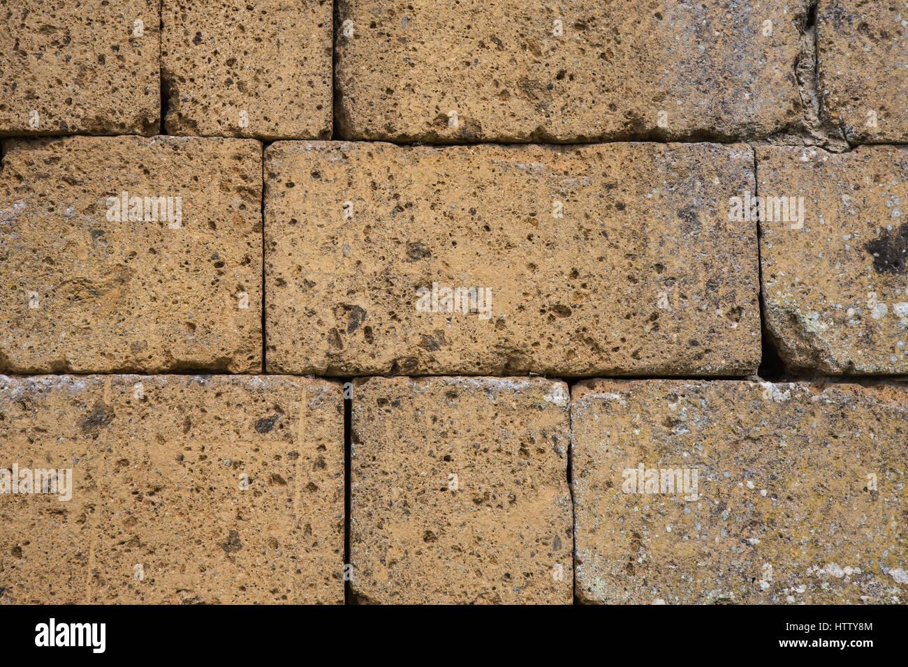 Blocchi Di Tufo.Un Muro Costruito Con Blocchi Di Tufo Foto Immagine Stock