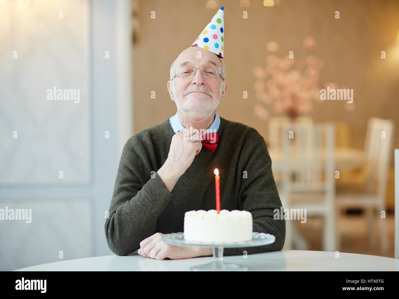 Tavolo Compleanno Uomo : Ritratto di felice vecchio uomo sorridente alla telecamera e