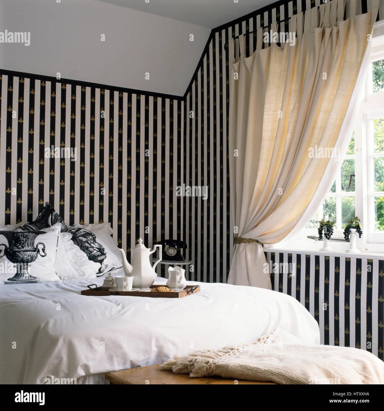 Verniciato nero+strisce bianche sulla parete con un oro stampata ...