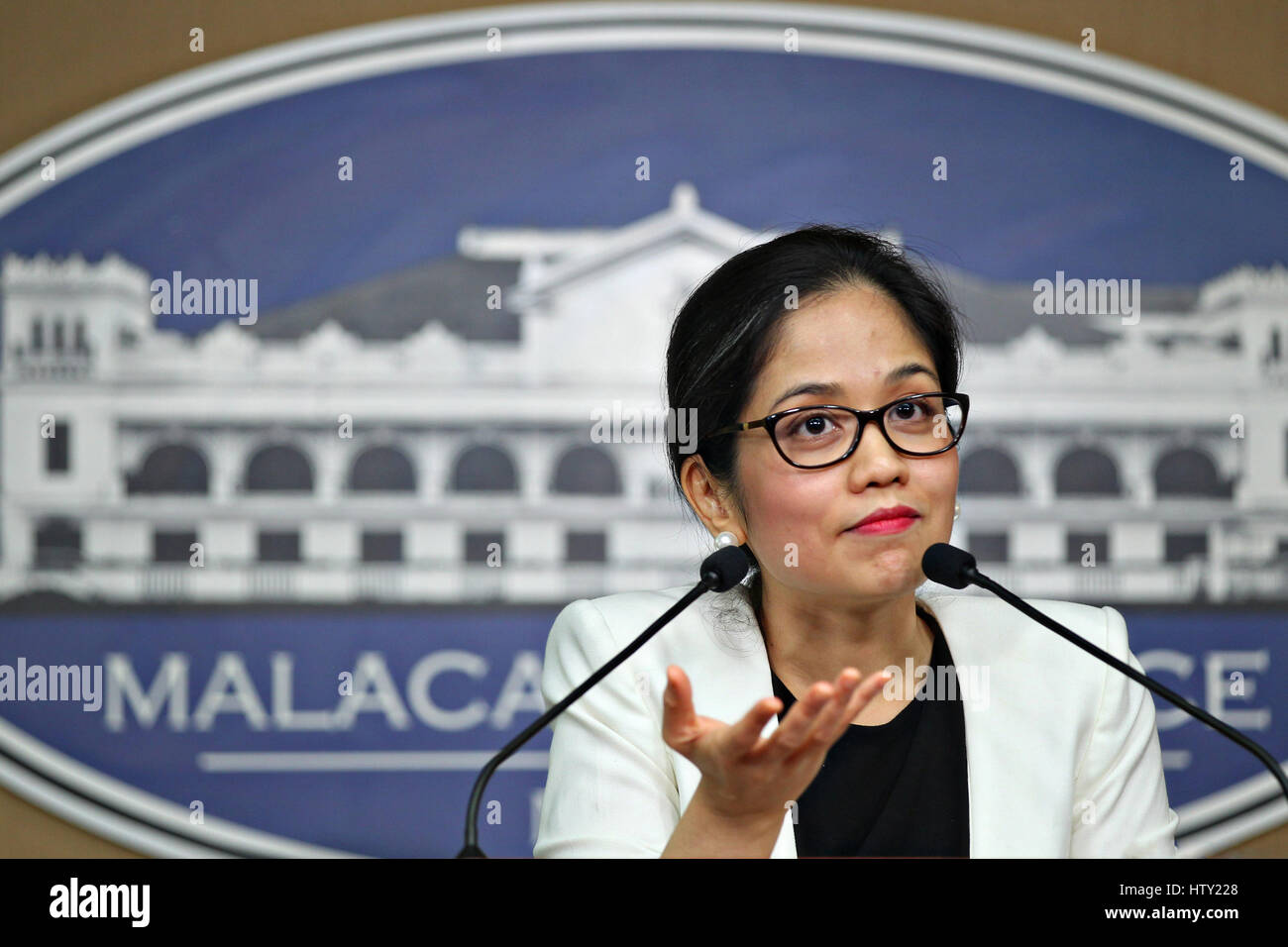 Philippine il cambiamento climatico Il commissario Francesca Veronica Victorio durante una conferenza stampa presso Immagini Stock
