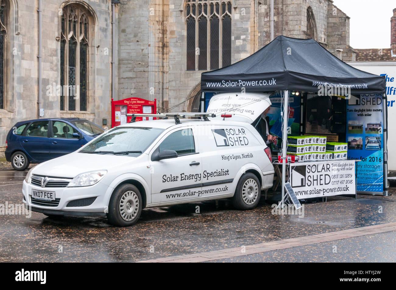 Il tentativo di vendere energia solare sotto la pioggia. Immagini Stock