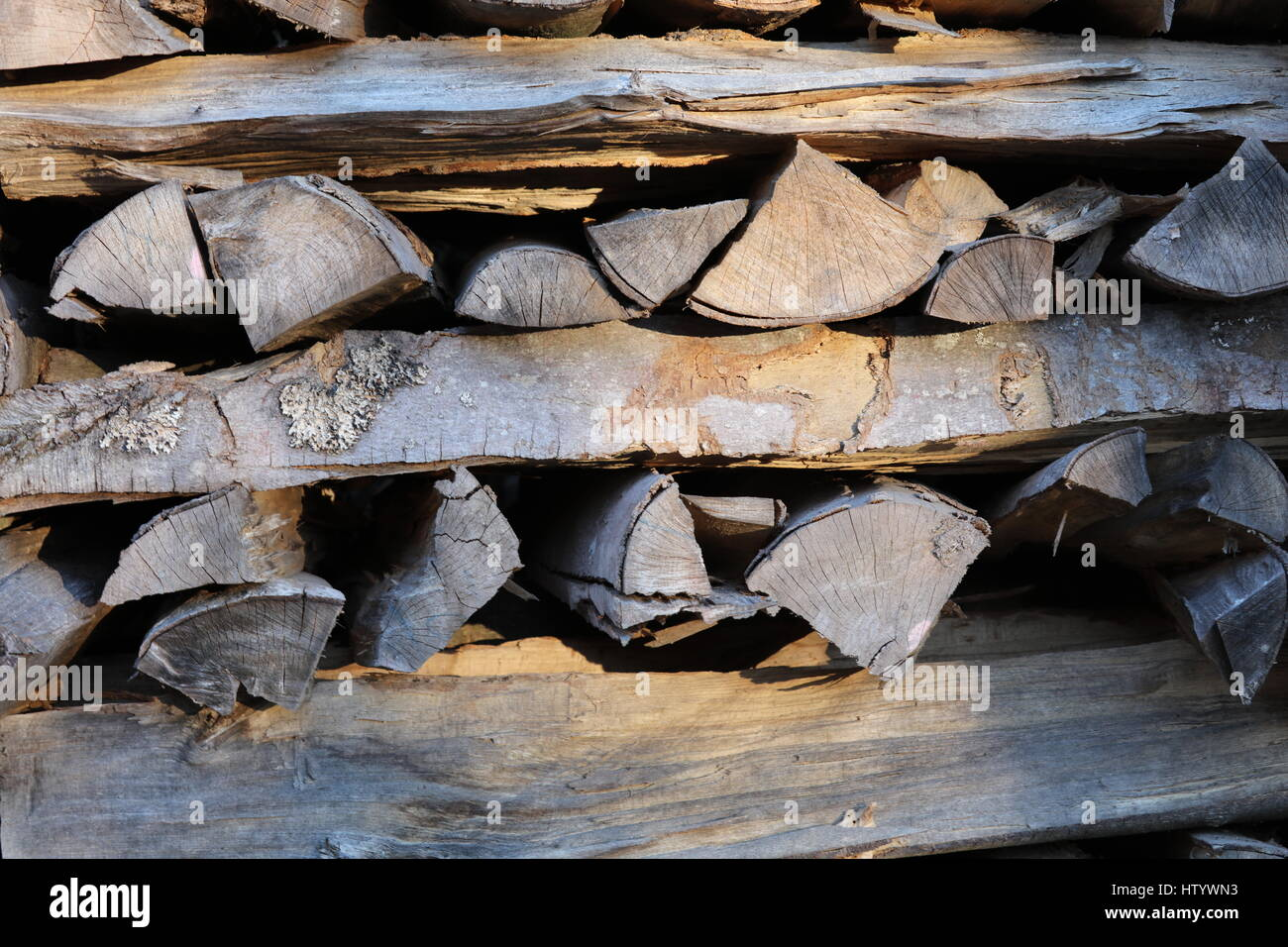 Brennholz Kaminholz aufgestapelt Foto Stock