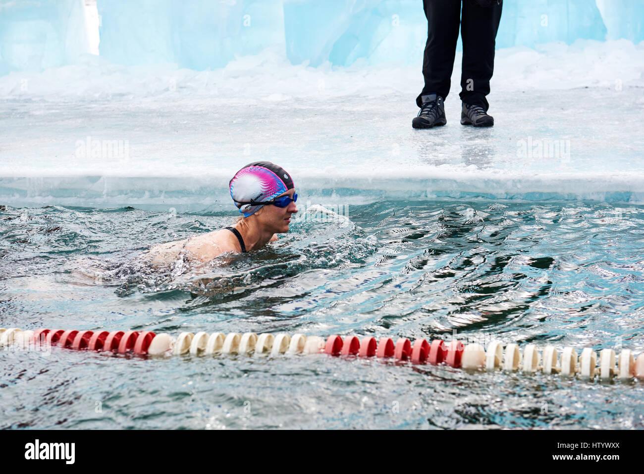 SAHYURTA, Regione di Irkutsk, Russia - marzo 11.2017: Coppa di Baikal. Inverno gare di nuoto. Donna nuota Immagini Stock