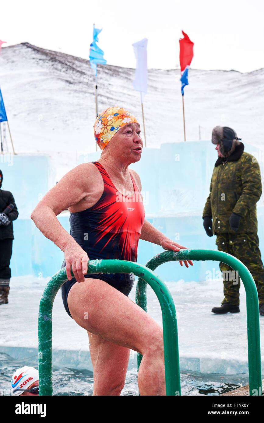 SAHYURTA, Regione di Irkutsk, Russia - marzo 11.2017: Coppa di Baikal. Inverno gare di nuoto Immagini Stock