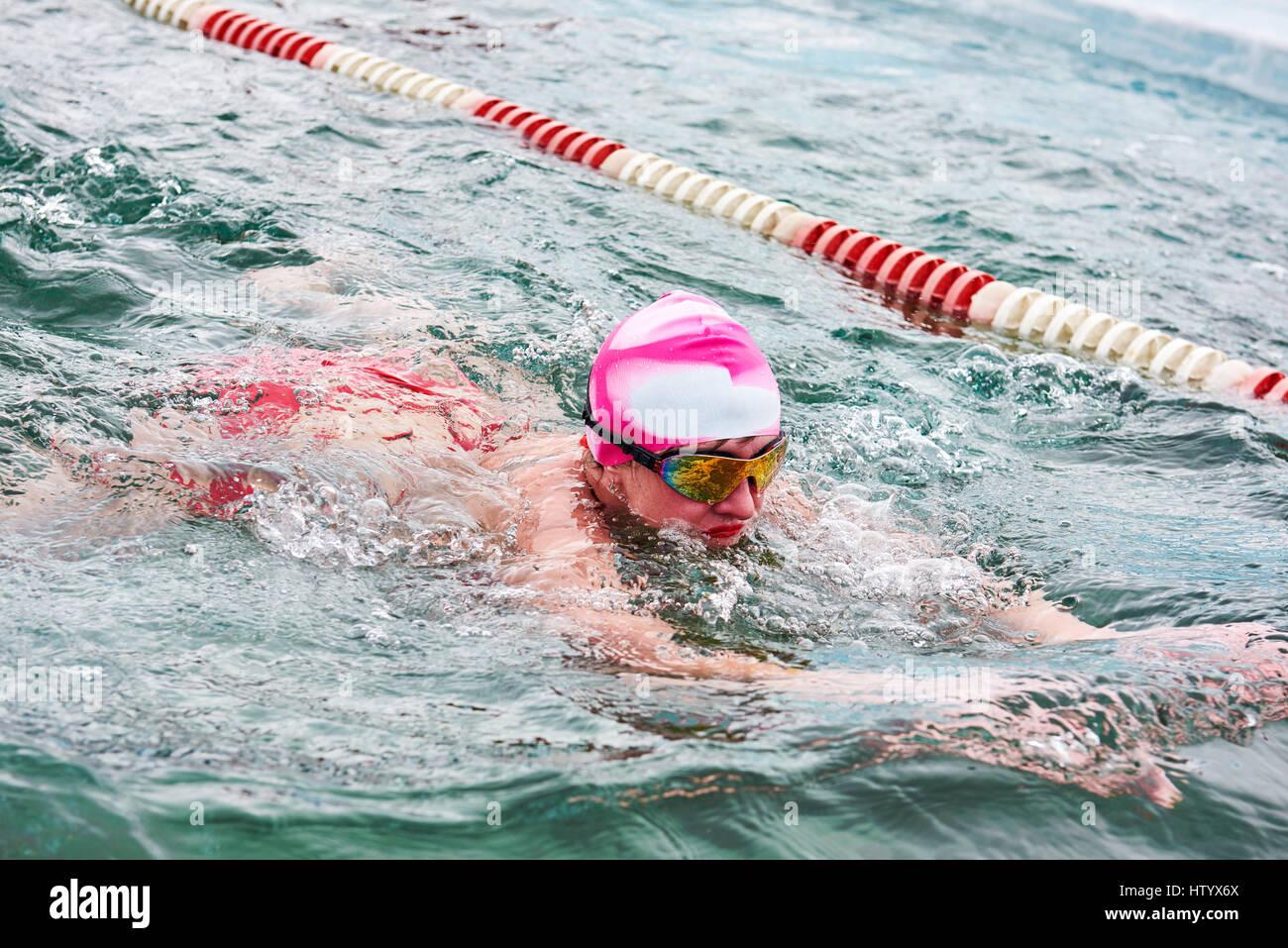 SAHYURTA, Regione di Irkutsk, Russia - marzo 11.2017: Coppa di Baikal. Inverno gare di nuoto. Rana. Donna Immagini Stock