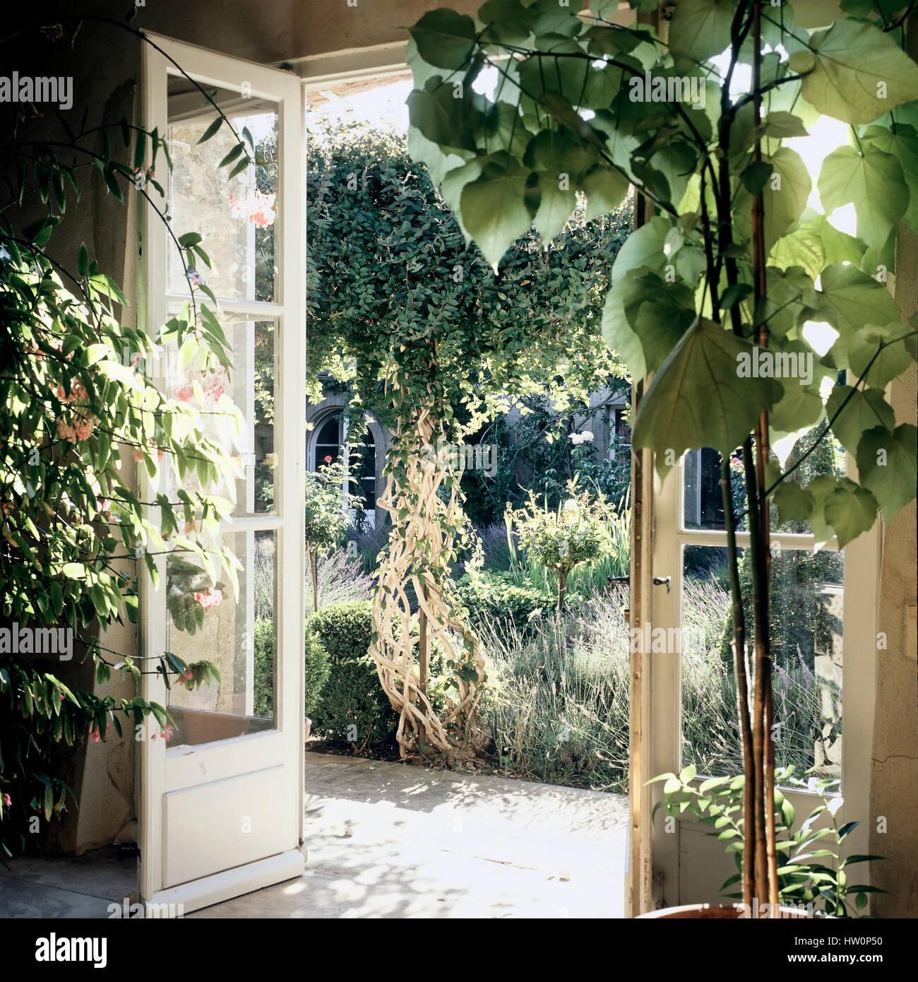 Porte francesi che conduce a un giardino. Immagini Stock