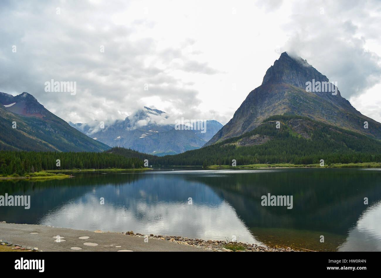 Swiftcurrent Lago & molti ghiacciai Lodge nel Parco Nazionale di Glacier, Montana, USA Foto Stock