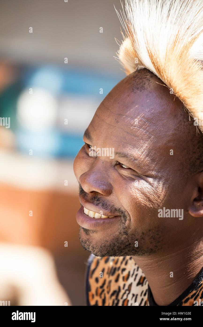 Villaggio Culturale di Lesedi, SUD AFRICA - 4 Novembre 2016: Ritratto di un guerriero Zulu indossando impala pelle copricapo. Zulu è uno dei cinque principali tribù Foto Stock