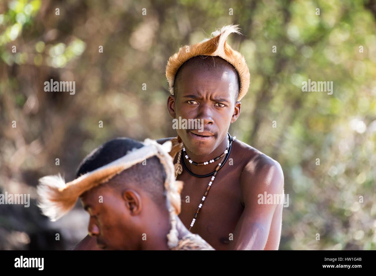 Villaggio Culturale di Lesedi, SUD AFRICA - 4 Novembre 2016: Zulu tribesmen indossando impala pelle copricapo. Zulu è uno dei cinque principali tribù del Sud Af Foto Stock