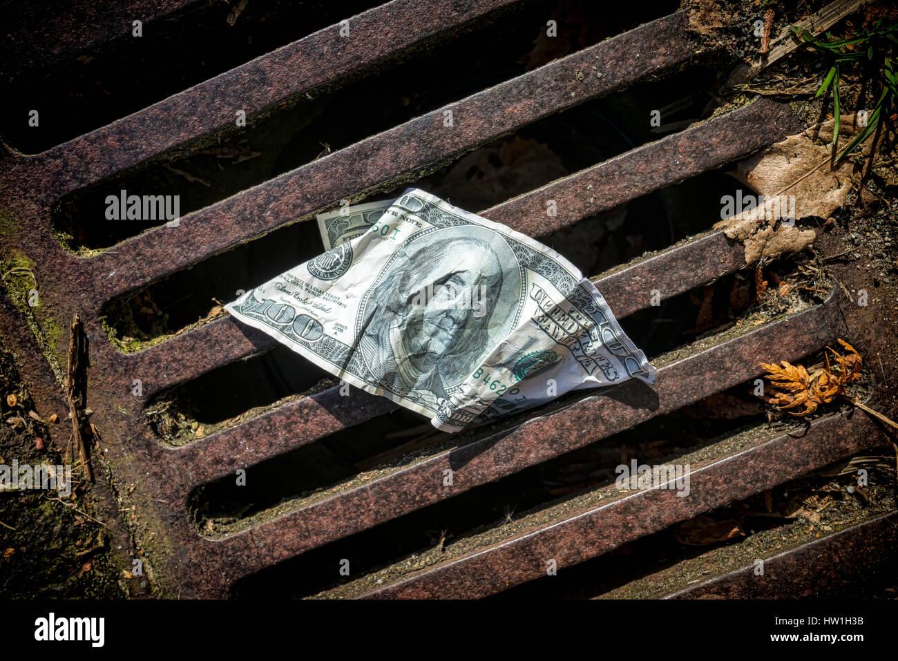 Stati Uniti un centinaio di dollari sul burrone su strada Immagini Stock
