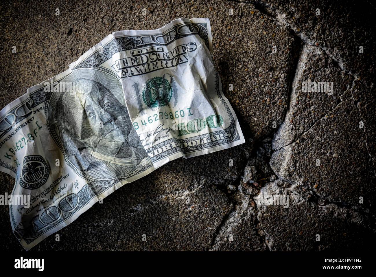 Stati Uniti un centinaio di dollari sul terreno sporco Immagini Stock