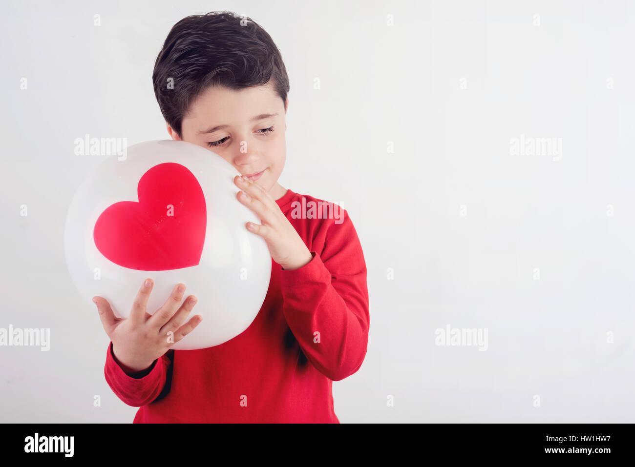 Riflessivo ragazzo con un cuore Immagini Stock