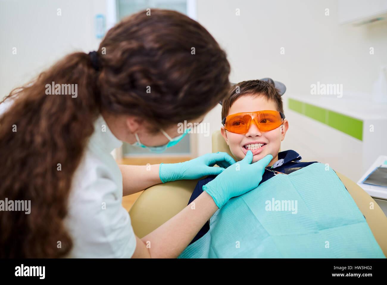 Un bambino kid a un dentista ricezione in studio dentistico Immagini Stock