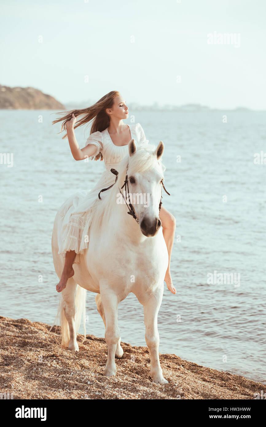 outlet store b38e6 60383 Bella Sposa in bianco abito da sposa a cavallo sulla ...