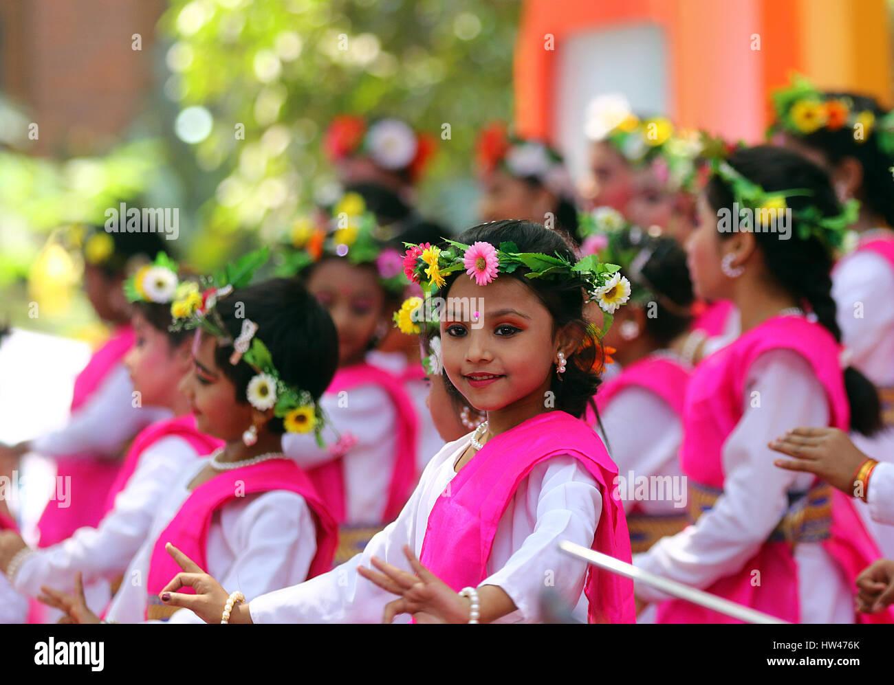 Dacca in Bangladesh. 16 Mar, 2017. I bambini danza in un programma culturale, Bokul Tola dell università di Immagini Stock