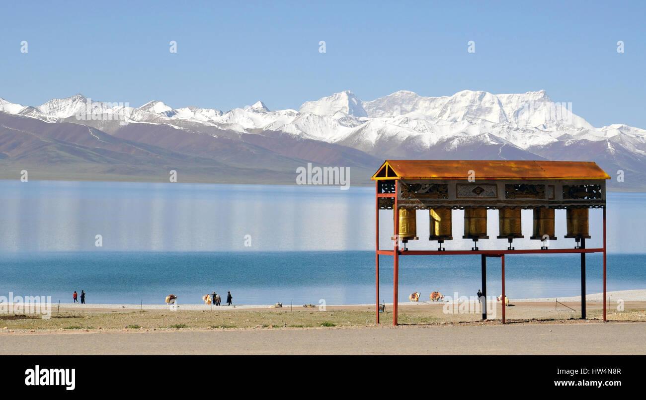 Il lago Namtso e ruote buddista lungo la sponda del lago in Tibet Immagini Stock