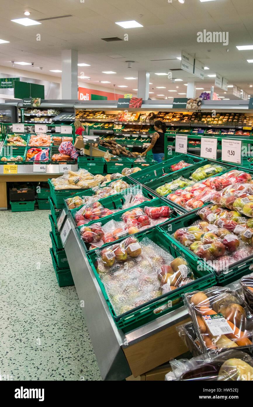 Morrisons supermercato interno frutta ortaggi per la vendita al dettaglio di prodotti alimentari Immagini Stock