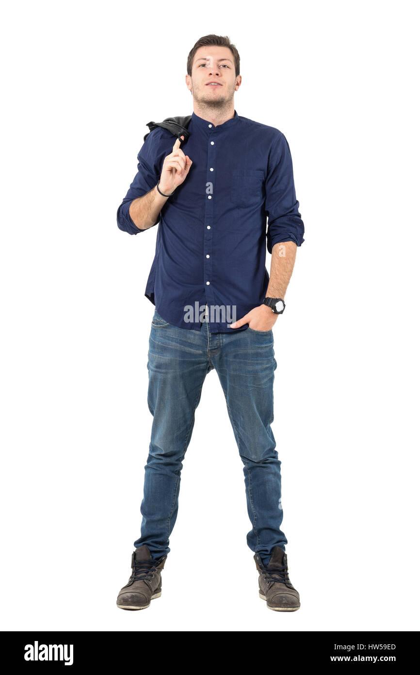 adf844d68e Orgoglioso fiducioso Giovane Uomo in camicia blu sorridente alla ...