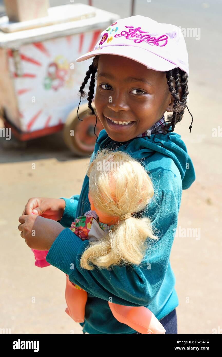Zimbabwe Harare, piccola ragazza nera e il suo bianco bambola Immagini Stock