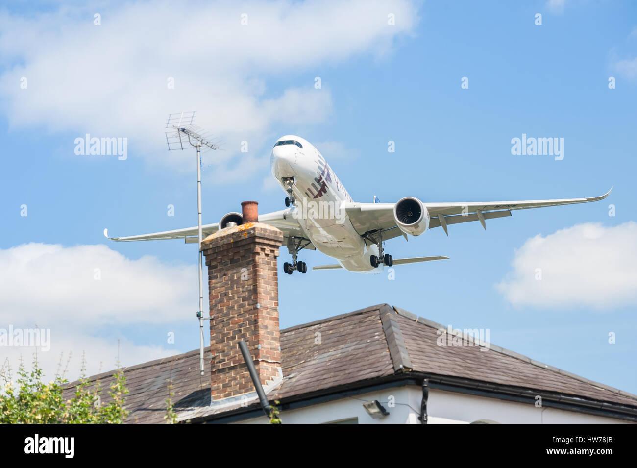 Qatar Airways Airbus A350 su approccio di atterraggio sopra i tetti di partecipare all'Airshow di Farnborough, Immagini Stock