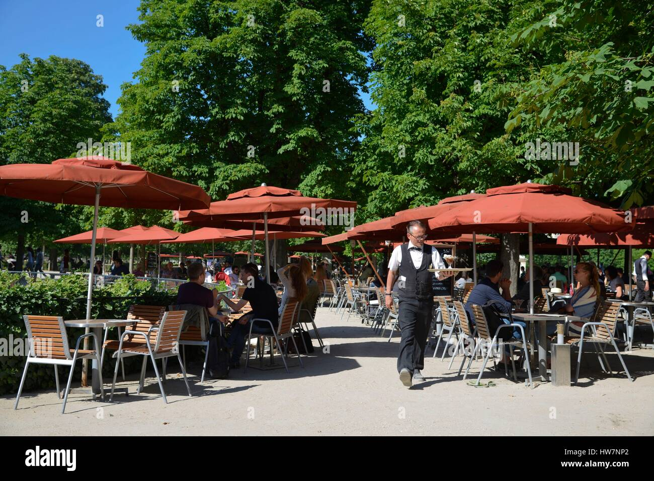 Francia Paris area elencati come patrimonio mondiale dall' UNESCO il Giardino delle Tuileries cameriere nel mezzo delle tabelle di un terrazzo in Foto Stock
