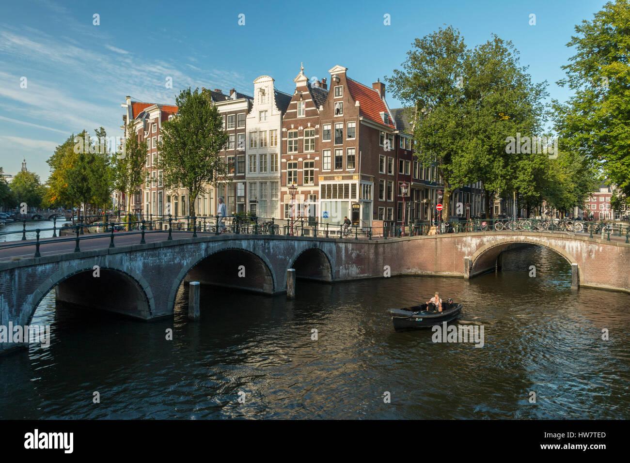 AMSTERDAM, Paesi Bassi - 27 settembre 2016: ponti, bikers e diportisti nel punto di intersezione tra il Keizersgracht e Leidsegracht canali. Foto Stock