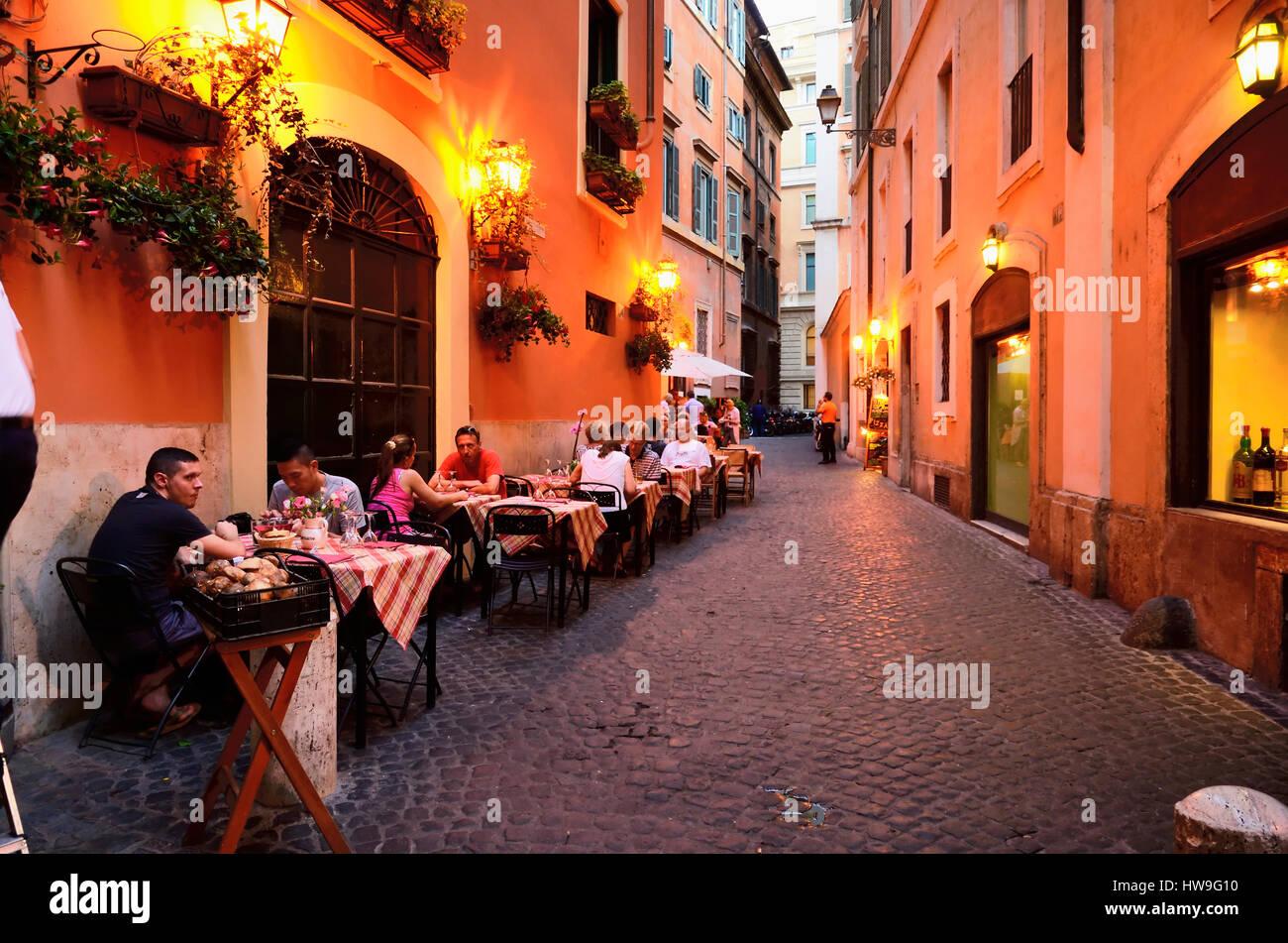 Strada stretta con terrazza ristorante. Roma, Lazio, l\'Italia, l ...
