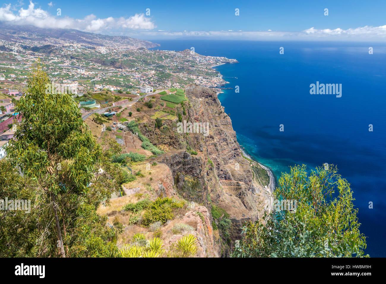La terrazza panoramica (con pavimento in vetro) nella parte superiore del Cabo Girao cliff, Câmara de Lobos, Madeira, Portogallo. Foto Stock