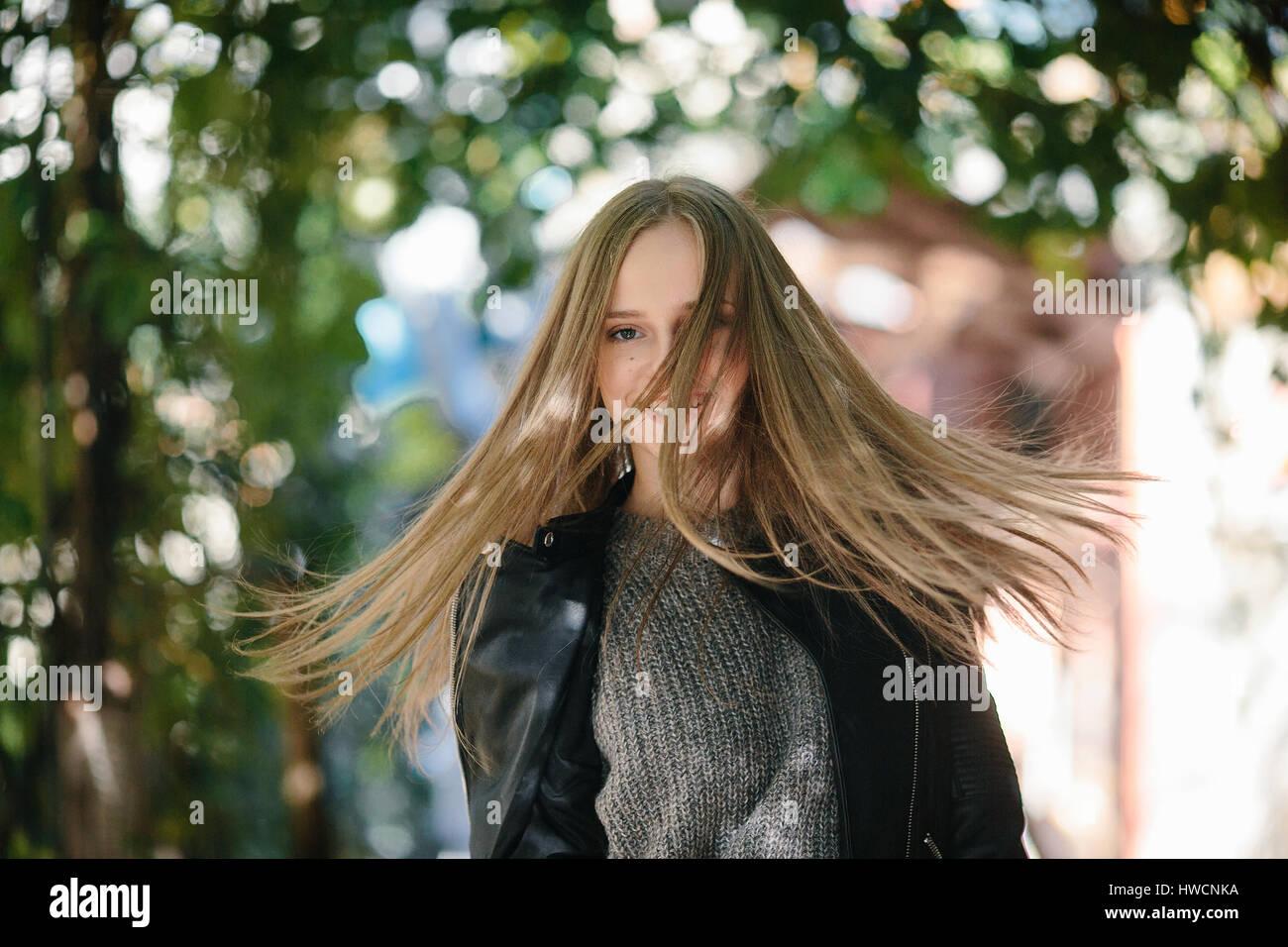 Moda ragazza in posa sulla strada Immagini Stock