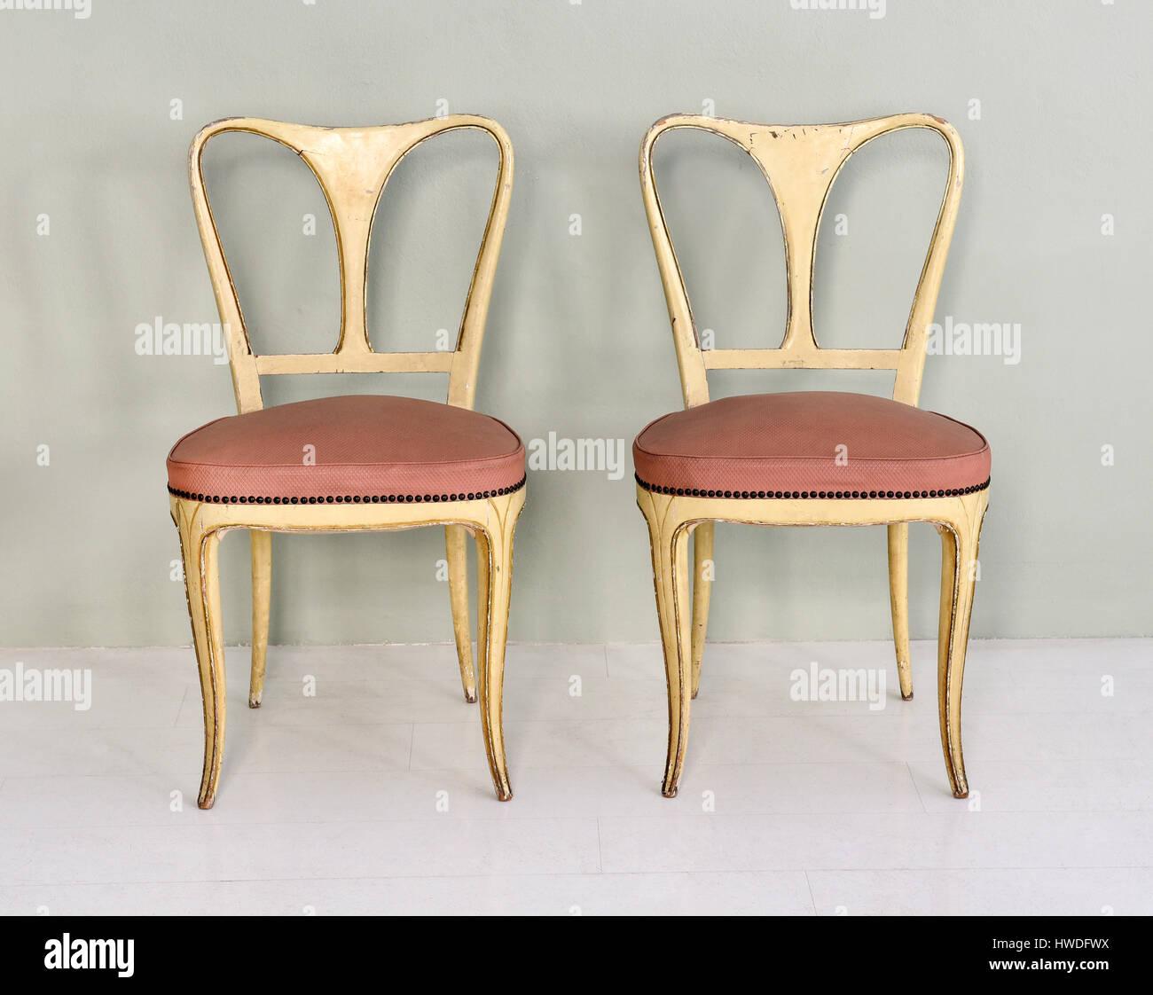 Ancora la vita di coppia di sedie vintage con dipinte di un ...