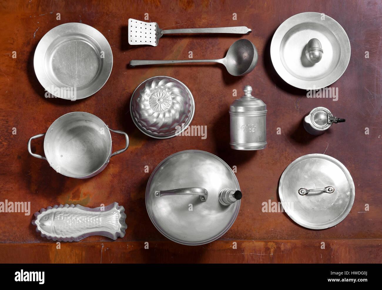 Ancora vita disposizione di alluminio utensili da cucina su un ...