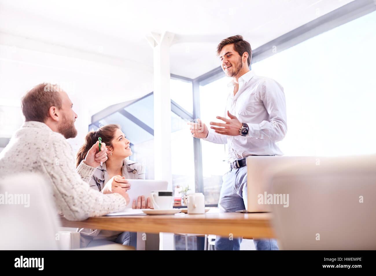 Giovane imprenditore rendendo la presentazione al team aziendale di Office Immagini Stock
