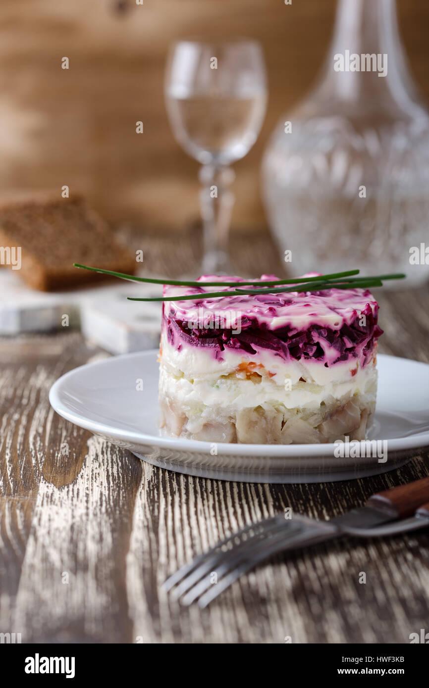 In casa vestito aringhe in salamoia, tradizionale russo insalata stratificata aringa sotto una pelliccia Immagini Stock